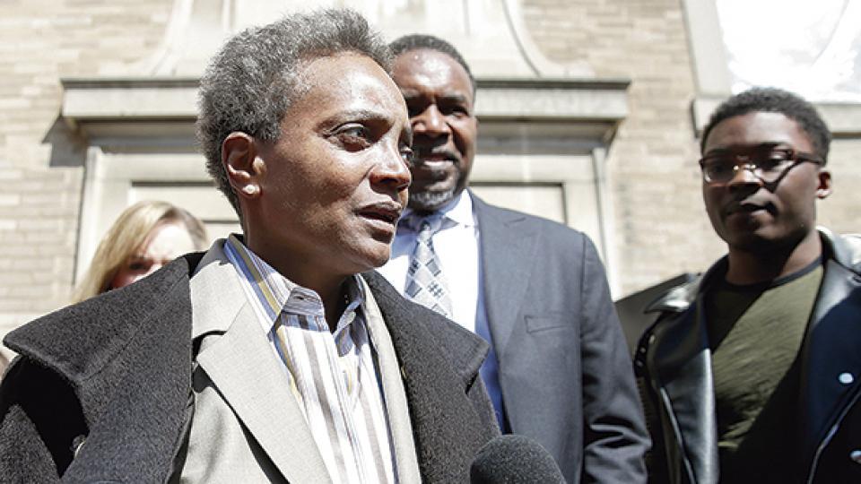 """""""Lightfoot defiende a la policía y representa a conglomerados de derecha"""", editorializó The Advocate."""