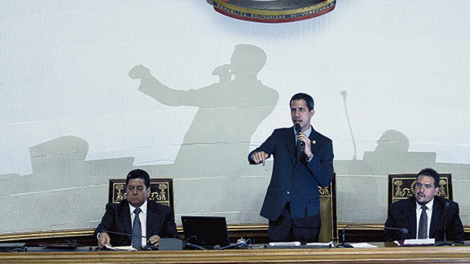Guaidó habla en la Asamblea Nacional, el martes último, flanqueado por los vicepresidentes del cuerpo.