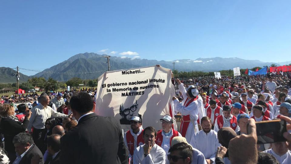 La pancarta que se mostró en contra de Michetti.