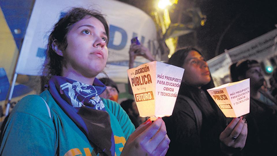 Una marcha de antorchas llegó a Plaza de Mayo en protesta contra el ajuste a las universidades.