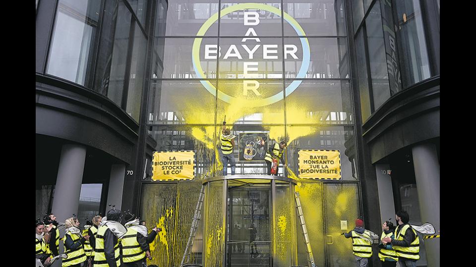 Monsanto investigó a políticos, periodistas y científicos, y ahora Bayer se disculpa.
