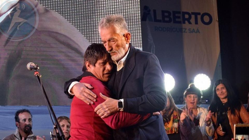 """Carpincho"" se abraza a Alberto Rodríguez Saá en un acto político."