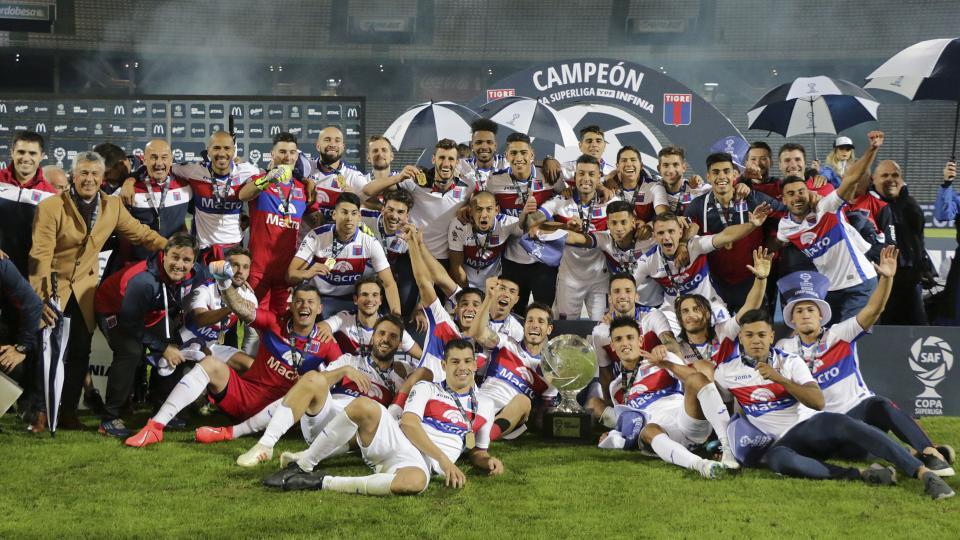 El plantel de Tigre festeja su primer título en la máxima categoría.