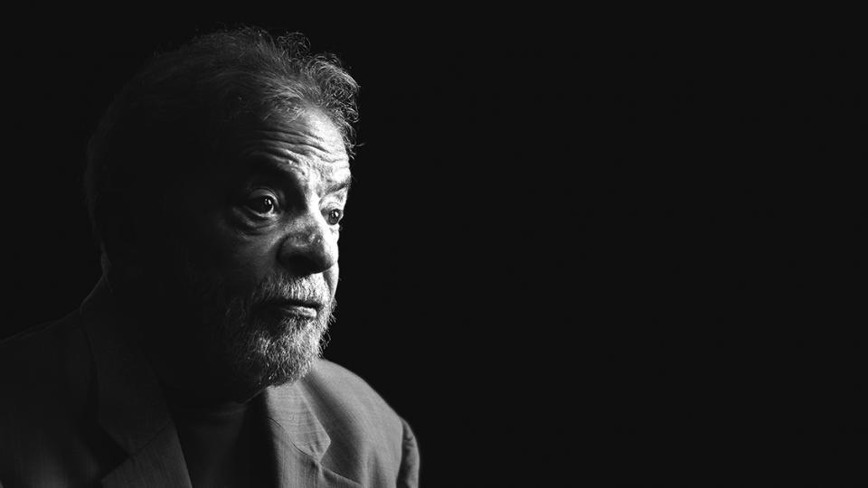 Simpatizantes de Lula exigen la liberación del líder del PT frente al Ministerio de Justicia.