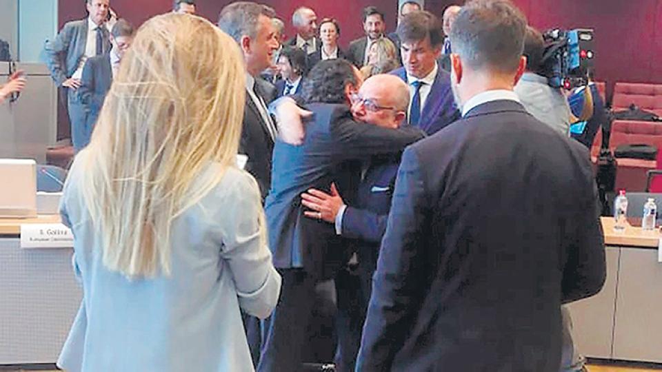 El abrazo emocionado de Dante Sica (Producción) y Jorge Faurie (canciller) al cerrar el acuerdo. Como el de Prat-Gay y Caputo tras pagar a los buitres.