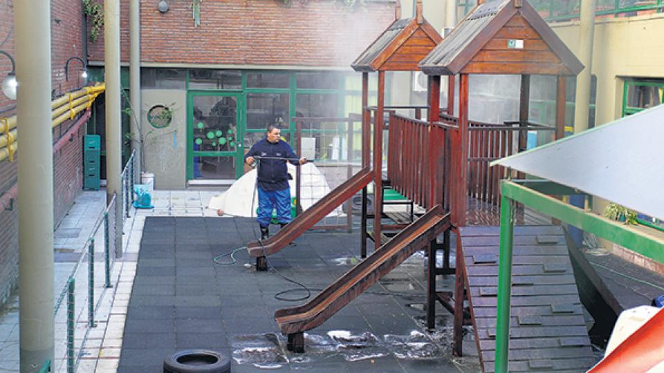 La Ciudad encaró tareas de limpieza y desinfección de la escuela de Caballito afectada.