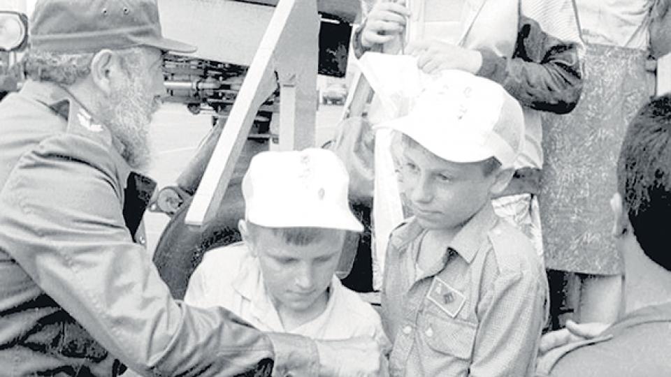 Fidel Castro recibiendo a los chicos de Chernobyl a su llegada a Cuba para tratarse, en una foto de Granma.