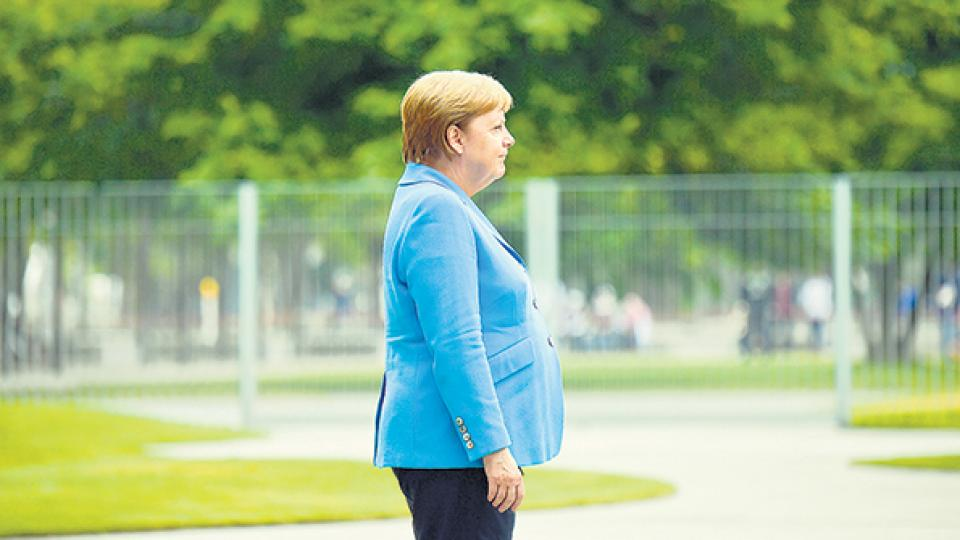 La canciller alemana tuvo otro episodio de espasmos mientras sonaba el himno alemán.