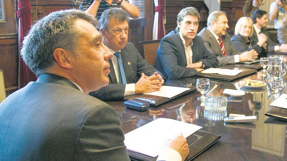 Los camaristas Santiago Corcuera y Alberto Dalla Vía en una reunión con el secretario de Asuntos Políticos, Adrián Pérez.