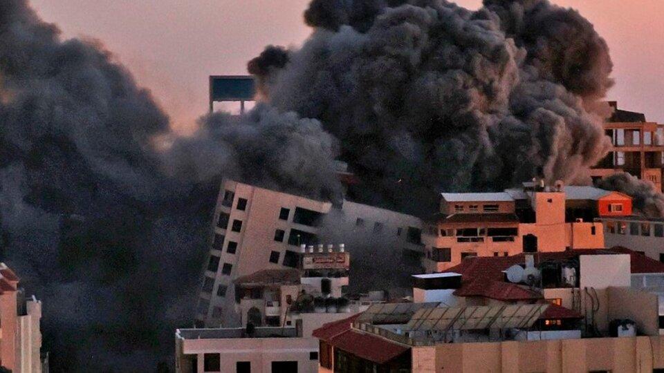 El bombardeo israelí derribó unedificio de 12 pisos en Ciudad de Gaza. Foto2: autos destrozados por un cohete palestino en Holon, cerca de Tel Aviv. Foto3: funeral Gaza de un palestino muerto en elbombardeo israelí