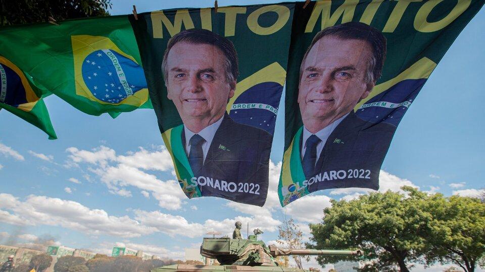 """Jair Bolsonaro celebró un desfile con tanques militares y la oposición denunció una """"amenaza contra la democracia""""   En medio de la tensiones por el sistema electoral   Página12"""