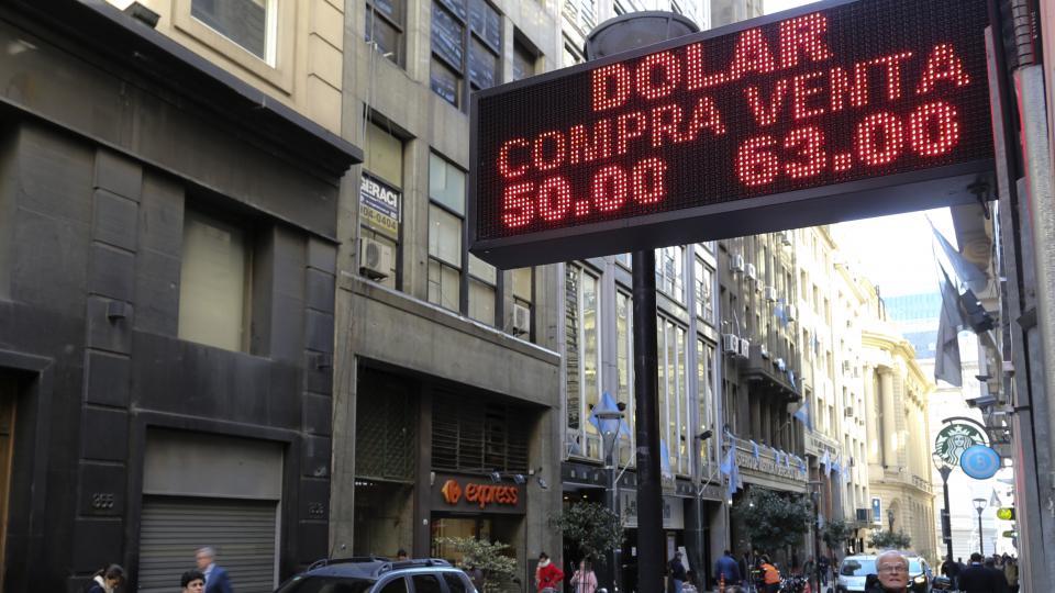 El dólar llegó a venderse por encima de los 60 pesos.