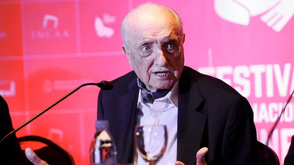 Autodidacta, Martínez Suárez debutó en la dirección con El Crack, en 1960.