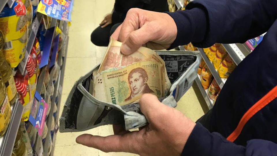 """El comercio mayorista aplica un régimen que """"modifica"""" el decreto oficial para salvar la situación: no le cobra el IVA al minorista."""
