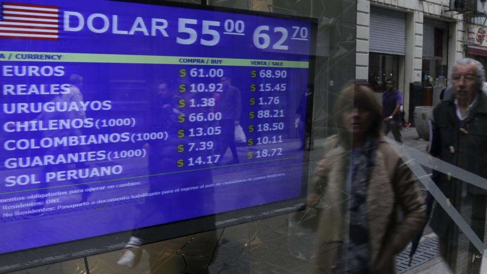 En bancos, la divisa superó los 62 pesos durante el día. En operaciones online tras el cierre, se ofrecía a 65.