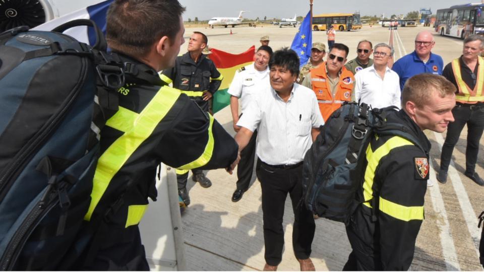 Evo Morales recibe a los bomberos franceses que ayudarán a apagar los incendios en el sudeste de Bolivia.