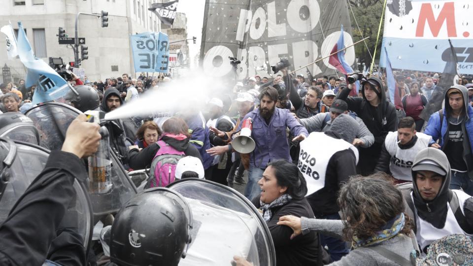 BRUTAL REPRESIÓN A MANIFESTANTES DE MOVIMIENTOS SOCIALES QUE PEDIAN UN PLAN DE EMERGENCIA ALIMENTARIO.
