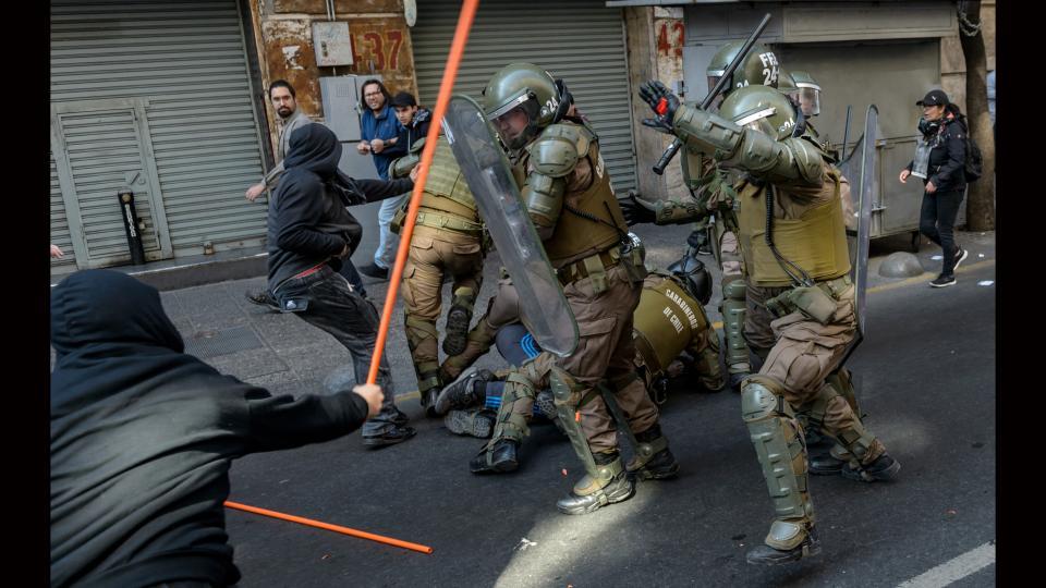 Los Carabineros se están militarizando, advierte el informe del CELS.