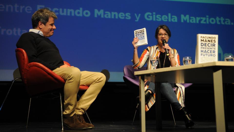 Facundo Manes y Gisela Marziotta en el escenario en la UMET.