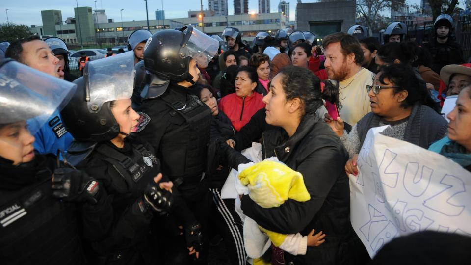 Durante el corte en la Terminal, hubo momentos de tensión con la Policía de la Ciudad.