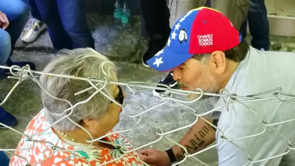 Diego Maradona saludó a Hebe de Bonafini en la tribuna de Gimnasia