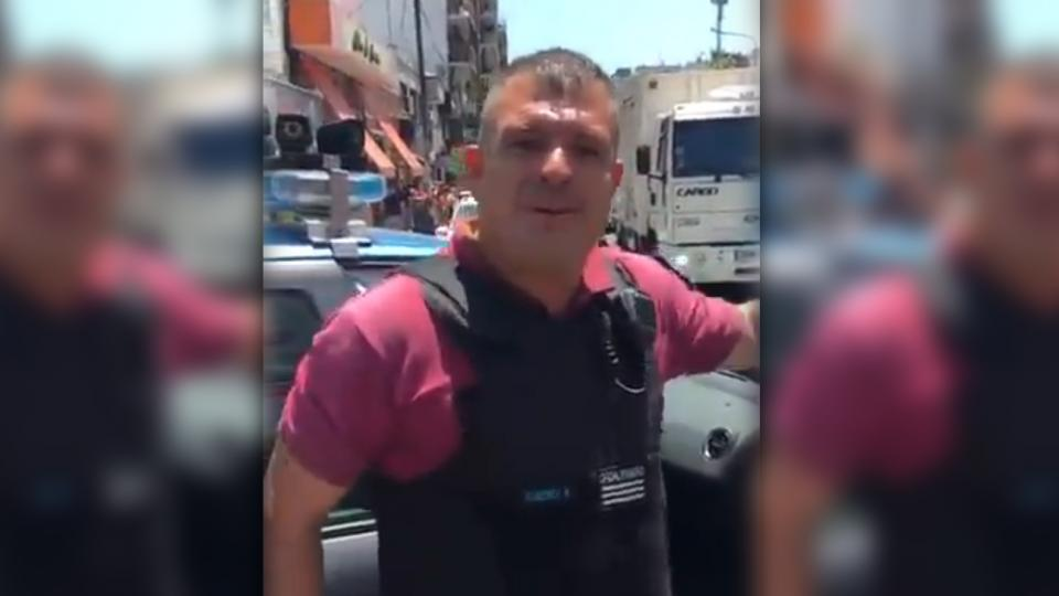El policía en el momento de la agresión al vecino tras la detención del vendedor ambulante en Flores.