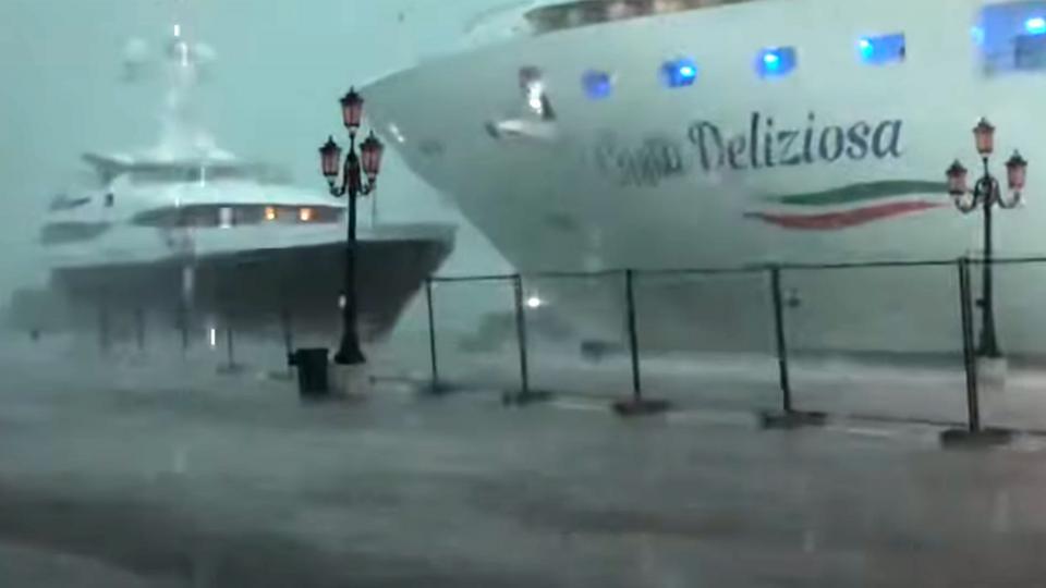 El crucero Costa Deliziosa en el momento en que estuvo a punto de chocar al yate en el puerto de Venecia.