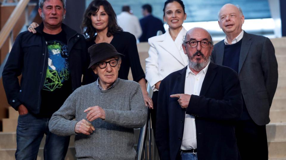 Woody Allen en San Sebastián junto al productor Jaume Roures y su elenco.