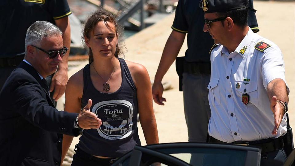 La capitana Raqckete, al momento de ser liberada después de su arresto.