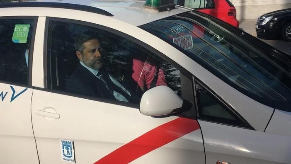 Angelici, presidente de Boca, arribando a la audiencia en un taxi madrileño.