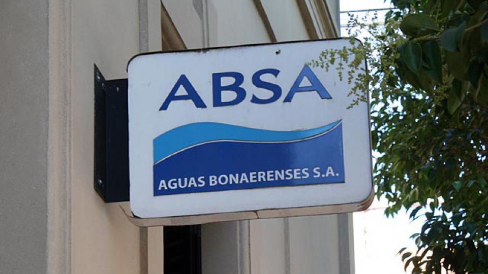 Un amparo obliga a que ABSA entregue bidones, pero la empresa apeló.