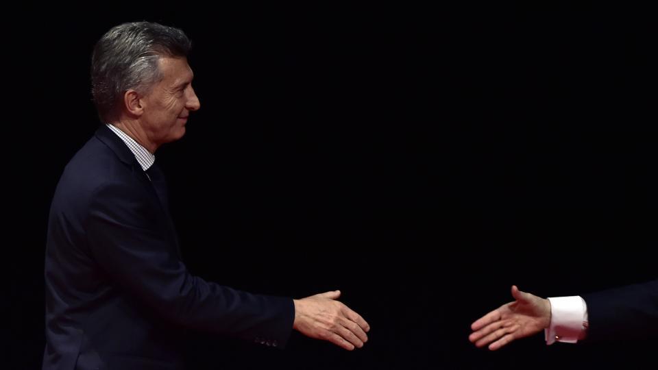 """""""Mauricio Macri llegó a la presidencia conformando un nuevo espacio político con el nombre de â??Cambiemosâ?, que es en reversa para recuperar privilegios perdidos por las elites"""", señala Rapoport."""