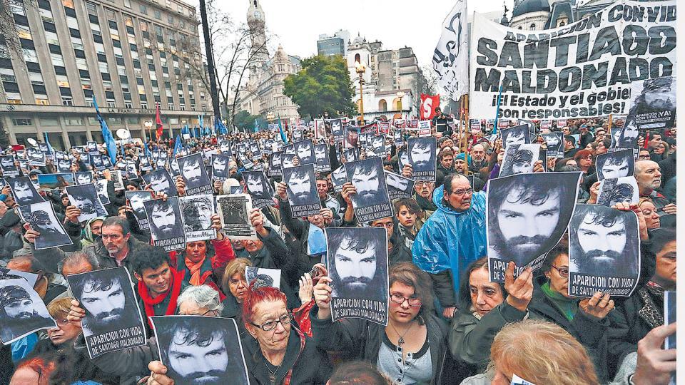 Miles y miles de fotos de Santiago Maldonado fueron levantadas durante la masiva movilización a Plaza de Mayo.