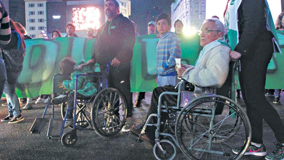 La quita de pensiones por invalidez afecta también la cobertura médica, según denuncian las ONG que respaldan a los damnificados.