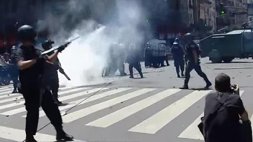 La Policía Federal disparándole gas en la cara a la diputada Mayra Mendoza.