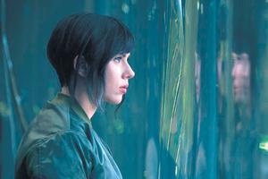 Scarlett Johansson encarna a una mujer de cuerpo robótico cuya única parte humana es el cerebro.