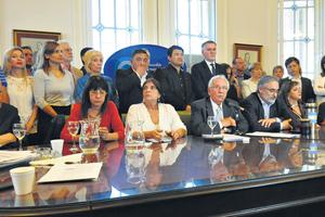 Gioja, Conti, García, Recalde, Basterra y Garré durante la conferencia de prensa del bloque del FpV-PJ. (Fuente: Rafael Yohai)