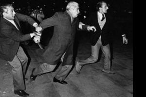 Menéndez, en 1984, cuando quiso atacar a quienes lo insultaban. La imagen dio la vuelta al mundo. (Fuente: Enrique Rosito)
