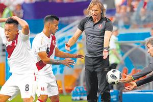 El Tigre Gareca con Cueva, que falló su penal con un remate a la nubes, y Trauco, que pide la pelota. (Fuente: EFE)