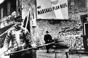 El Plan Marshall en 1947 para la reconstrucción de los devastados países amigos de Europa, incluida Alemania, que debían convertise en bastiones contra la penetración comunista.