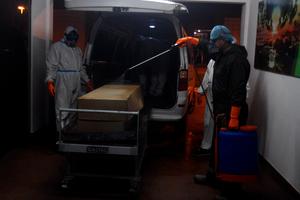 El sistema de salud de Bolivia colapsó y obligó a la apertura de fosas comunes y entierros en cajones de cartón. (Fuente: EFE)