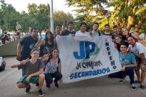 Clara Truncellito (en cuclillas) y sus compañeros de La Cámpora Moreno. Imágenes del informe de la AFI en el expediente de Ramos Padilla (abajo).