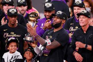 LeBron James celebrando un nuevo hito en su maravillosa carrera en la NBA. (Fuente: EFE)