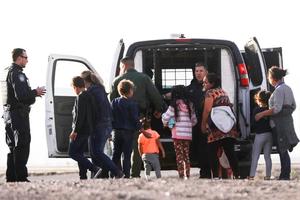 Una familia centroamericana en la frontera Estados Unidos-México. (Fuente: AFP)