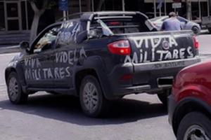Una camioneta paseó por Trelew haciendo apología del terrorismo de Estado.