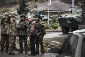 Fuerzas de paz rusas controlan vehículos en el sur de Karabaj. (Fuente: AFP)
