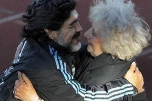 El sentido abrazo de Maradona con Estela de Carlotto en las eliminatorias para el Mundial 2010. (Fuente: AFP)