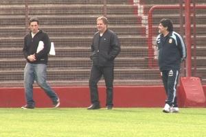 Maradona en el césped de la cancha que lleva su nombre, junto con los realizadores del documental.