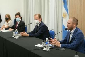Guzmán expuso ante empresarios en Entre Ríos, provincia que visitó junto al ministro Wado De Pedro (entre ambos, el gobiernador Bordet)