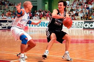 Marcelo Milanesio ante Djordjevic durante el Mundial de Grecia 1998. (Fuente: prensa CABB)